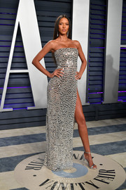Lais Ribeiro matched her dress with silver ankle-strap sandals by Sam Edelman.