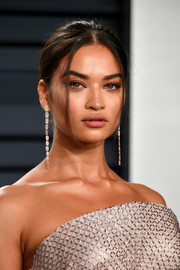 Shanina Shaik went for a simple updo at the 2019 Vanity Fair Oscar party.