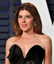 Marisa Tomei wore her hair down with a center part at the 2019 Vanity Fair Oscar party.