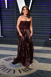 Tina Fey slipped into a strapless oxblood gown by J. Mendel (which she teamed with sneakers) for the 2019 Vanity Fair Oscar party.