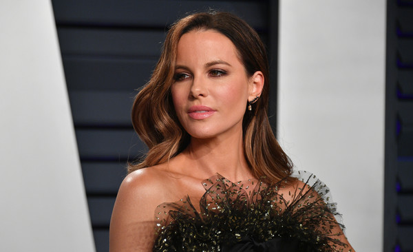 Kate Beckinsale wore her hair down in a gently wavy style at the 2019 Vanity Fair Oscar party.