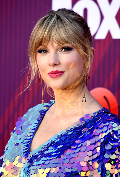 More Pics of Taylor Swift Dangling Gemstone Earrings (1 of 9) - Taylor Swift Lookbook - StyleBistro [hair,face,hairstyle,blond,beauty,chin,hair coloring,bangs,shoulder,long hair,arrivals,iheartradio music awards,california,los angeles,microsoft theater,taylor swift,fox]