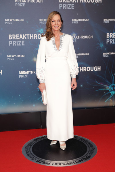 Allison Janney went for exotic glamour in a white Azzaro Couture tunic gown with a beaded neckline and sleeves at the 2020 Breakthrough Prize.