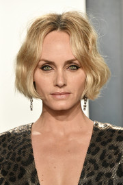 Amber Valletta wore her hair in a short, wavy bob at the 2020 Vanity Fair Oscar party.