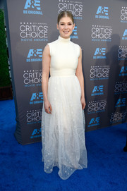 Rosamund Pike arrived at the Critics' Choice Movie Awards in a beautiful white dress with a high neck and elegant sheer skirt.