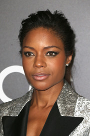 Naomie Harris balanced out her bold eye makeup with a nude lip.