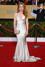 Isla Fisher brought an Old Hollywood vibe to the SAG Awards in a slinky white Oscar de la Renta gown.