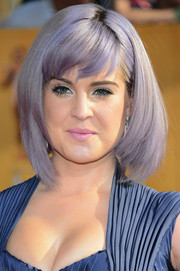 Kelly Osbourne looked ultra modern at the SAG Awards with her purple asymmetrical bob.