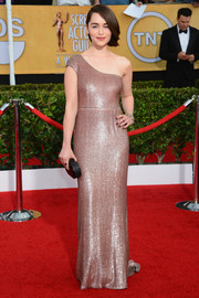 Emilia Clarke chose a simple yet glamorous gold one-shoulder gown by Calvin Klein for the SAG Awards.
