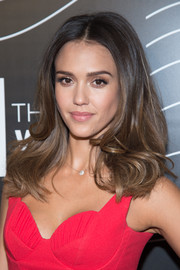 Jessica Alba framed her face with this bouncy wavy 'do for the Webby Awards.