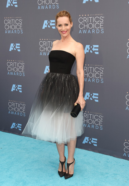 Leslie Mann polished off her look with a black satin tube clutch by Amanda Pearl.