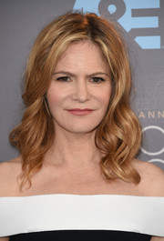 Jennifer Jason Leigh was sweetly coiffed with this wavy 'do at the Critics' Choice Awards.