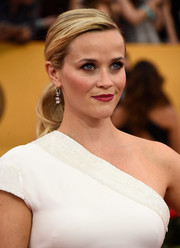 Reese Witherspoon kept it youthful yet elegant with this wavy ponytail at the SAG Awards.