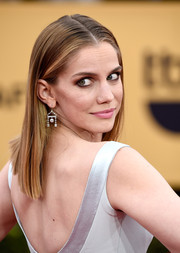 Anna Chlumsky wore her hair pin straight with a center part during the SAG Awards.