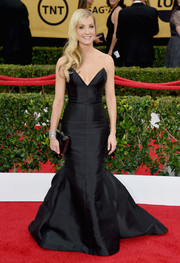 Joanne Froggatt looked downright divine at the SAG Awards in a strapless black mermaid gown by Honor.
