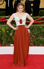 Anna Chlumsky went for a medieval-goes-modern look in this two-tone Escada off-the-shoulder gown at the SAG Awards.
