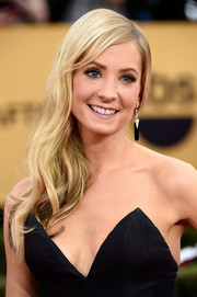 Joanne Froggatt looked sweet and youthful wearing this wavy side sweep during the SAG Awards.