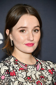 Kaitlyn Dever wore a bright pink lip color at the 2020 Warner Bros. and InStyle Golden Globes afterparty.