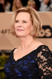 JoBeth Williams looked elegant with her textured bob at the 2016 SAG Awards.