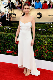 Amanda Peet opted for a simple yet trendy Narciso Rodriguez cutout dress with spaghetti straps and a high-low hem for her SAG Awards look.
