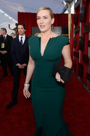 Kate Winslet paired a beaded black clutch with a green gown for her SAG Awards look.