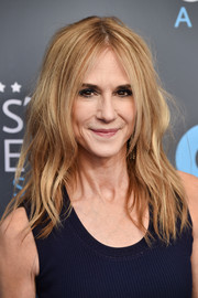 Holly Hunter attended the 2018 Critics' Choice Awards wearing her hair in messy, center-parted waves.