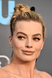 Margot Robbie stayed casual with this top knot at the 2018 Critics' Choice Awards.