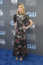 Natalia Dyer complemented her dress with a pair of flower-embellished evening sandals.