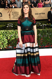 Mayim Bialik polished off her chic look with a silver envelope clutch by Tyler Ellis.