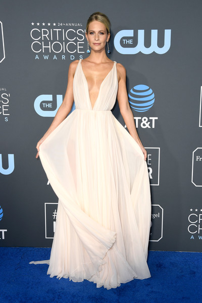 Poppy Delevingne turned heads in a pale pink Oscar de la Renta gown with a down-to-the-navel neckline at the 2019 Critics' Choice Awards.