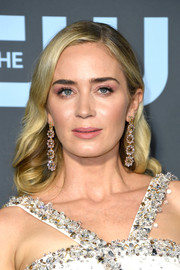 Emily Blunt looked demure wearing this shoulder-length 'do with curly ends at the 2019 Critics' Choice Awards.