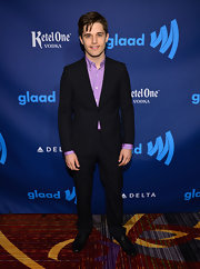 Andy Mientus chose this casual but sophisticated two-button suit for his red carpet look.
