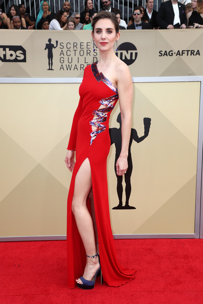 Alison Brie slayed in a one-sleeve red Dundas gown with a side cutout and metallic zigzag detailing at the 2018 SAG Awards.