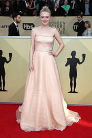 Dakota Fanning looked radiant in a strapless peach gown by Prada at the 2018 SAG Awards.