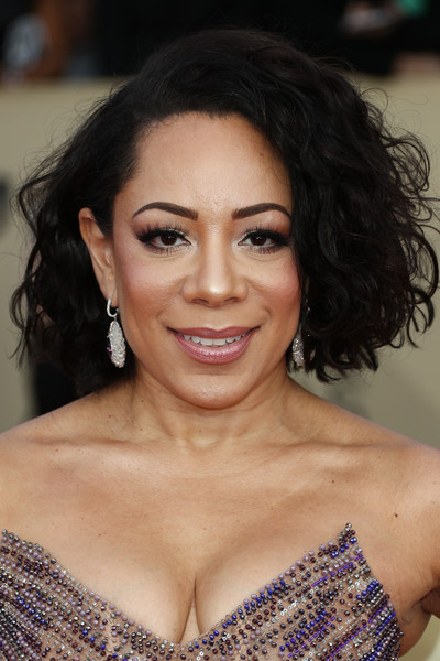 Selenis Leyva styled her hair into a curled-out bob for the 2018 SAG Awards.