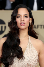 Dascha Polanco looked very feminine with her long waves at the 2018 SAG Awards.