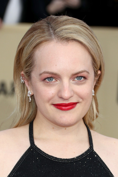 Elisabeth Moss wore her hair down with a shallow side part at the 2018 SAG Awards.