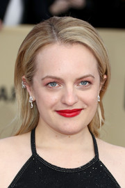 For her beauty look, Elisabeth Moss paired bold red lipstick with pink eyeshadow.