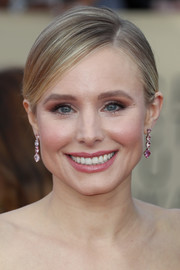 Kristen Bell dolled up with a pair of dangling gemstone earrings by Lorraine Schwartz.