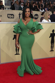 Niecy Nash cut a flirty figure in a green Julea Domani mermaid gown with a deep-V neckline and ruffle sleeves at the 2018 SAG Awards.