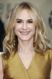 Holly Hunter got dolled up with this sweet wavy 'do for the 2018 SAG Awards.