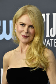 Nicole Kidman wore her long blonde waves swept to the side at the 2020 Critics' Choice Awards.