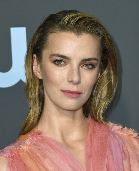 Betty Gilpin sported a loose, wet-look hairstyle at the 2020 Critics' Choice Awards.