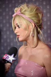 Katy Perry went majorly retro with this messy beehive, complete with a pink headband, at the 2018 FFANY Shoes on Sale Gala.