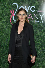 Olivia Palermo arrived for the 2018 FFANY Shoes on Sale Gala carrying a beaded black velvet clutch by Roger Vivier.