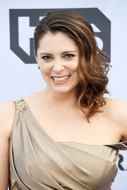 Rachel Bloom looked glam with her side-swept waves at the 2019 SAG Awards.