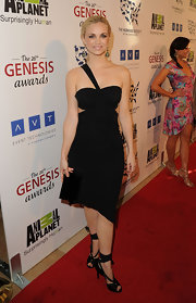 Fiona Gubelmann looked avant-garde at the Genesis Awards in this asymmetrical LBD.