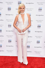 Malin Akerman coordinated her outfit with a white box clutch by Rubeus Milano.