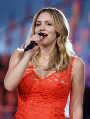 Katharine McPhee performed at the National Memorial Day concert wearing her signature center-parted waves.