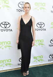 Amber Valletta looked sultry in a figure-hugging black slip gown at the 2018 EMA Awards.